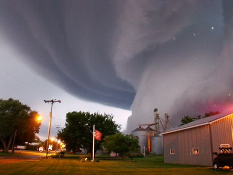 violent_tornado_in_northeastern_iowa