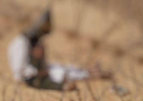 09-iraqi-war-prisoner-holding-son